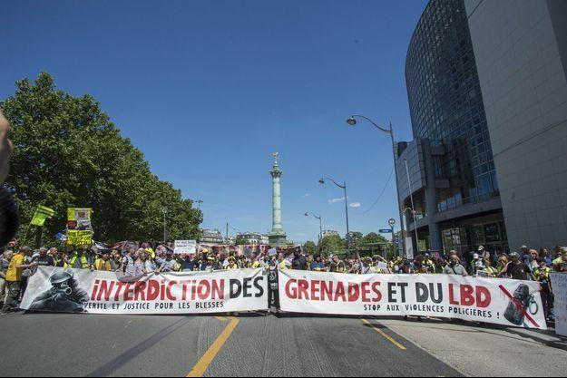 """Le 2 juin 2019, place de la Bastille à Paris, lors de la """"marche des mutilés"""", qui réclamaient l'interdiction des grenades explosives et des lanceurs de balles de défense."""