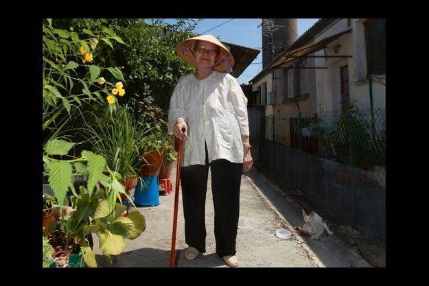 Martine Tran, 76 ans, une « cacoun » (mamie). Elle a épousé Emile Lejeune rencontré dans le camp. « Elle était démunie. On s'est mariés pour lui donner les moyens de vivre », dit-il.