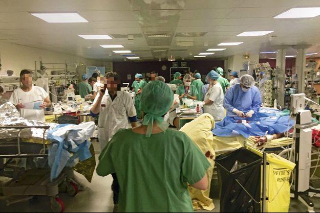 La salle de réveil de l'hôpital Saint-Louis, dans la nuit du 13 novembre, entre 1 heure et 2 heures du matin.