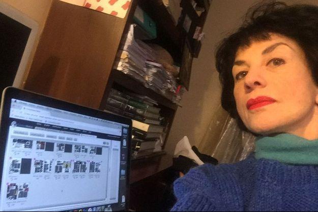 Catherine Schwaab lors de l'écriture de son article consacré à Tom Hanks.