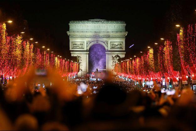 L'avenue des Champs-Elysées éclairée pour Noël.