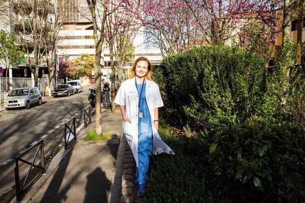 Yulia Merzlikina, 28 ans, infirmière d'origine russe, devant l'hôpital parisien Bichat, où elle exerce, le 8 avril.