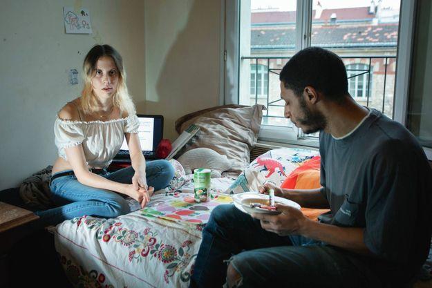 """L'étudiante de 27 ans et son compagnon, 35 ans : des """"nouveaux pauvres"""" confinés dans leur studio parisien."""