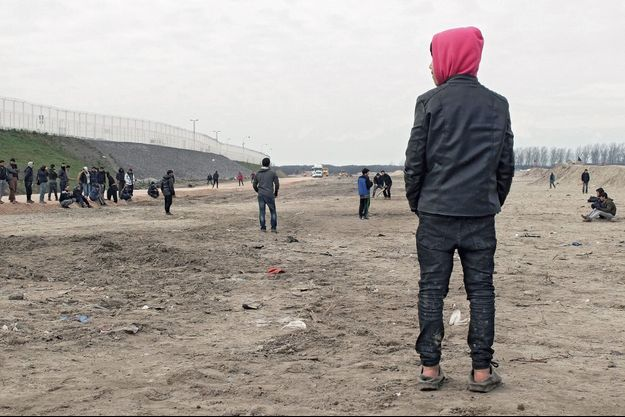 Amin, 10 ans, regarde un match de cricket sur « la bande des 100 mètres », un terrain rasé le 1er février.