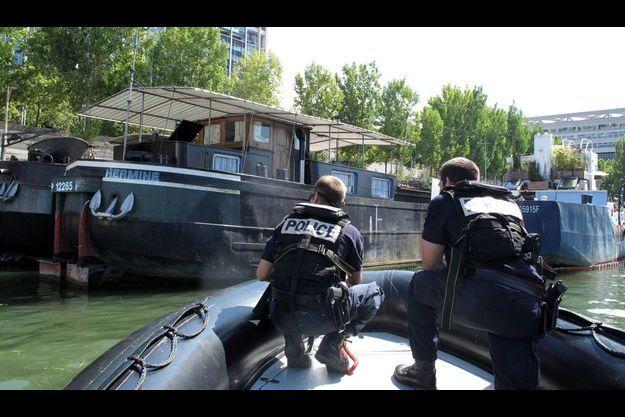 Des policiers de la brigade fluviale sur la Seine, en août 2011.