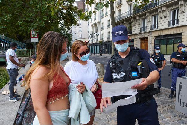 Un policier fait de la prévention, canal Saint-Martin à Paris.