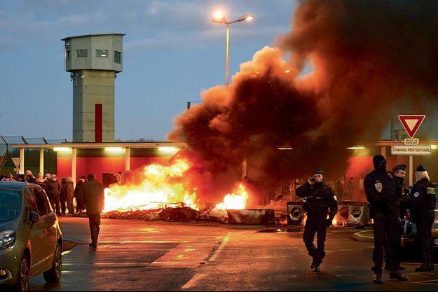 Le 16 janvier, devant la prison de Vendin-le-Vieil (Pas-de-Calais). Cinq jours après l'attaque, la colère des gardiens ne faiblit pas