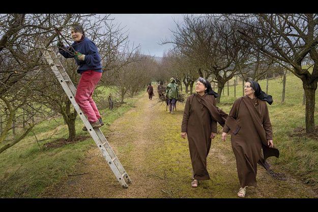 Le 6 février 2013, sandales aux pieds, en robe de bure ou en jean et jogging, les carmélites travaillent aux champs. La prieure, Marie-Agnès, taille les pruniers sous le regard de sœur Rose et de sœur Maria.
