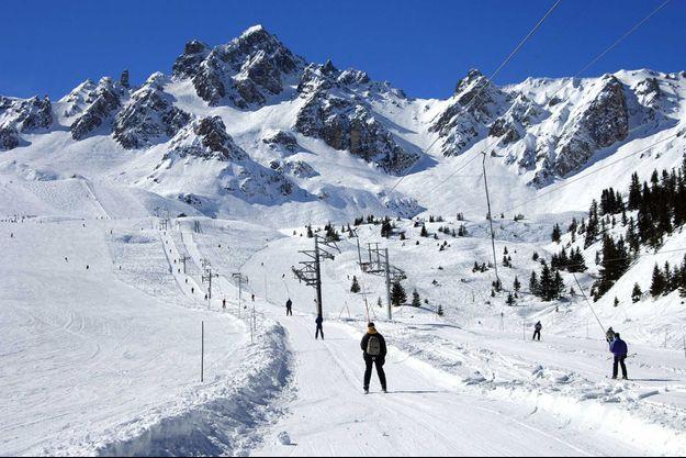 Des skieurs sur les pistes du domaine skiable de Courchevel.