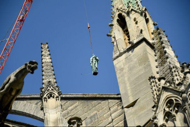 Les statues de cuivre ont été décrochées de la flèche de la cathédrale Notre-Dame pour être restaurées.
