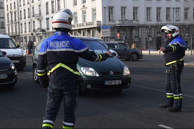 Des policiers contrôlent les véhicules qui pourraient être susceptibles de ne pas être en règle pendant le pic de pollution.