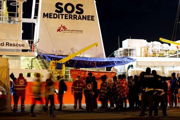 Les migrants de l'Aquarius devant le navire.