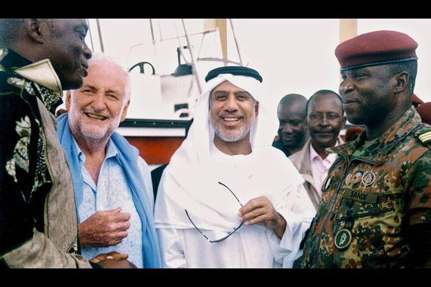 A Conakry en 2009, Loïk Le Floch-Prigent, aux côtés de l'Emirien Abass Youssef et d'officiels guinéens. |