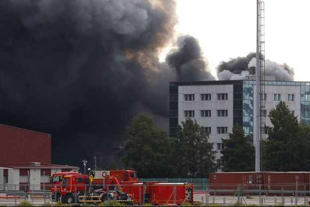 Les fumées du site de Lubrizol à Rouen durant l'incendie.