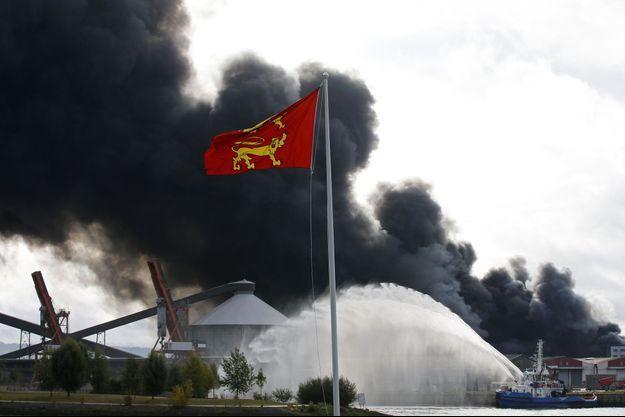 Les secours sur les lieux de l'incendie de l'usine Lubrizol, à Rouen.
