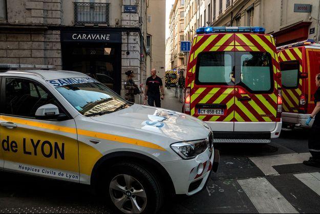 Dans la rue où l'explosion d'un colis piégé a fait une dizaine de blessés il y a une semaine à Lyon.
