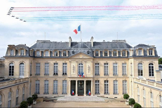 Palais de l'Elysée, 10 h 30. Laurent Blevennec, photographe de la présidence, saisit le passage de la Patrouille de France.