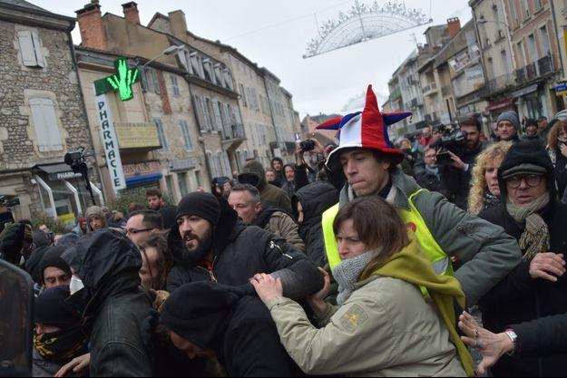 Des dizaines de manifestants se sont rassemblés vendredi matin dans le centre de Souillac.