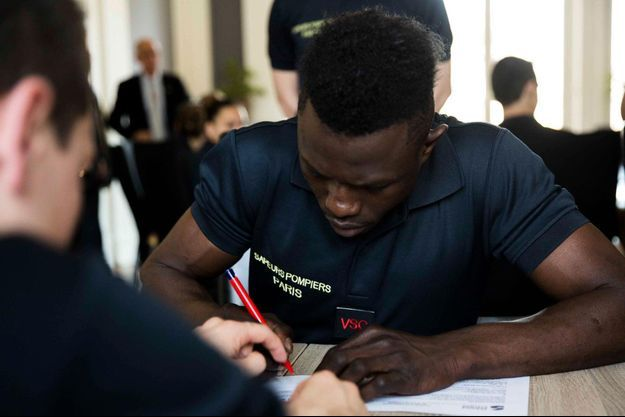 Mamoudou Gassama a signé son contrat avec les Pompiers de Paris.