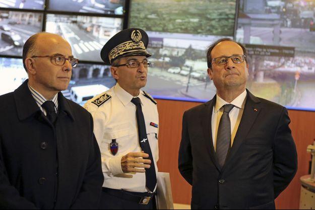 Le ministre de l'Intérieur Bernard Cazeneuve, le directeur de la sécurité de proximité de l'agglomération parisienne Jacques Meric et le président François Hollande, le 8 janvier 2015.