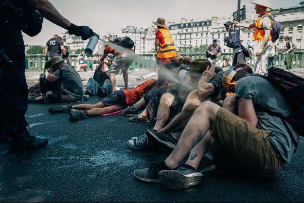 L'intervention vendredi des forces de l'ordre pour déloger des militants écologistes à Paris est controversée.