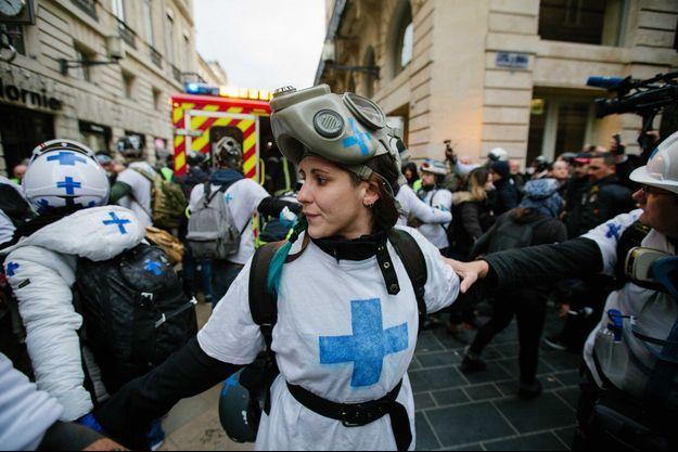 A Bordeaux, dans la manif des gilets jaunes, les street medics créent un cordon de sécurité pour extraire un blessé de la foule.