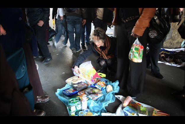 Porte de Montmartre, 28 février, 13 h 08. Au menu de Sylvie, omelette précuisinée, flammekueche, saucisses,surimi, pancakes et aiguillettes de poulet. Le marché sauvage ferme vers 17 heures quand (presque) tout a disparu.