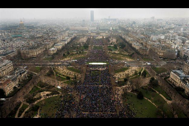 Le 13 janvier à 16 heures, les cortèges commencent à converger vers la tour Eiffel.