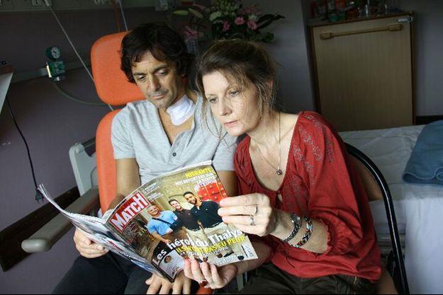 Mark Moogalian lisant le Paris Match que lui a apporté Hélène Risacher à l'hôpital.