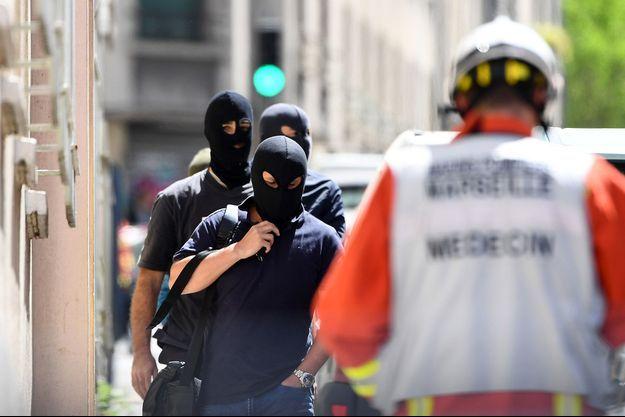 La police judiciaire quitte l'appartement d'un des suspects arrêtés à Marseille mardi.