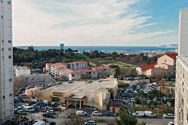 Le vendredi, dans le quartier des Bleuets, on prie sur le parking. La mosquée occupe la moitié du centre commercial.