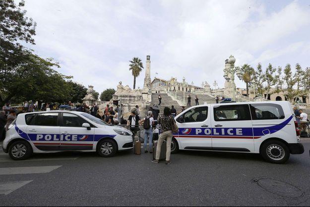 Des voitures de police non loin de la gare de Marseille, où deux personnes ont été poignardées à mort.