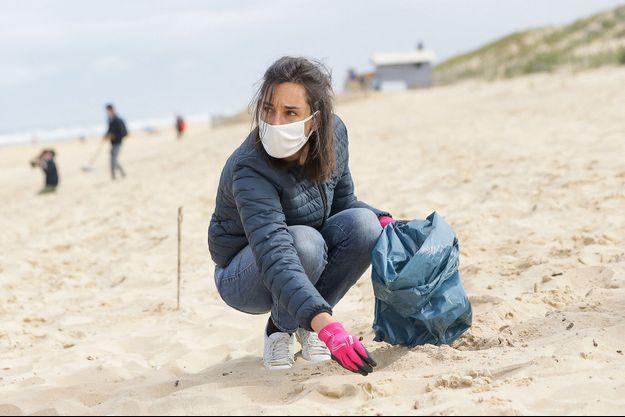 Brune Poirson au Cap Ferret lors d'un ramassage des déchets sur la plage.