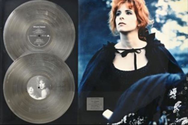 Parmi les nombreux disques d'or et de platine vendus, ceux de Mylène Farmer devraient faire monter les enchères.
