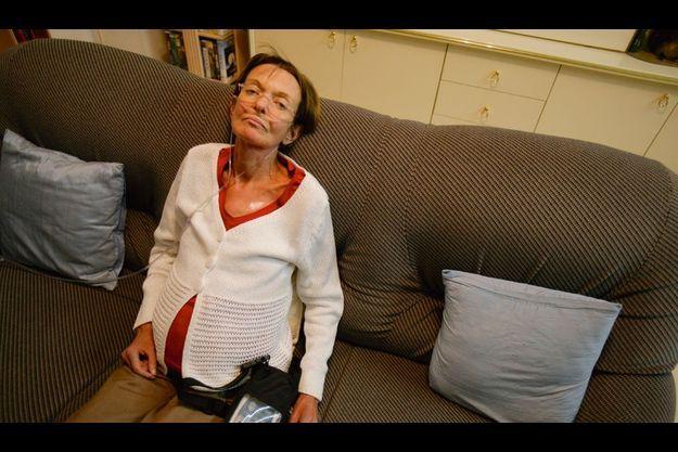 Victime d'un oedème au poumon en août dernier, Nathalie, infirmière, a pris du Mediator pendant un an. Elle doit se brancher en permanence à une bouteille d'oxygène.