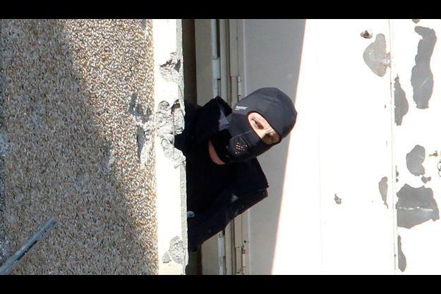 23 mars dernier. Un policier du RAID à la fnètre de l'appartement où s'était retranché Mohamed Merah.