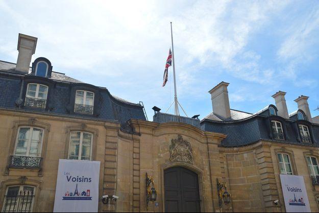 Un drapeau britannique déployé à Paris.