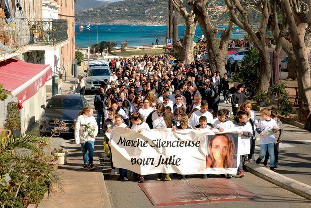 Son fils aîné mène le cortège avec ses camarades, le 9 mars, lors de la marche blanche qui a réuni quelques milliers de personnes à L'Ile-Rousse, en Corse, où Julie vivait.