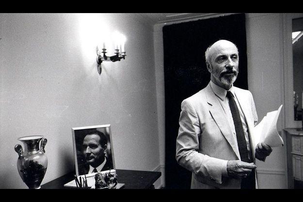 En 1981, François de Grossouvre fait encore partie du premier cercle. Il est nommé chargé de mission, et s'installe dans le bureau où il se donnera la mort. On y trouve des photos du président au moment où ils se sont connus, dans les années 60.