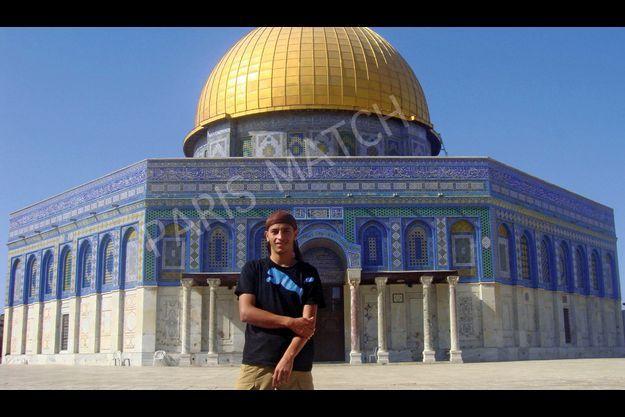 Eté 2010, devant la Coupole du Rocher, à Jérusalem. Mohamed Merah, 22 ans, veut faire croire qu'il n'est qu'un simple voyageur. Mais la visite de ce sanctuaire musulman, sur l'esplanade des Mosquées, est une étape symbolique importante dans son périple.