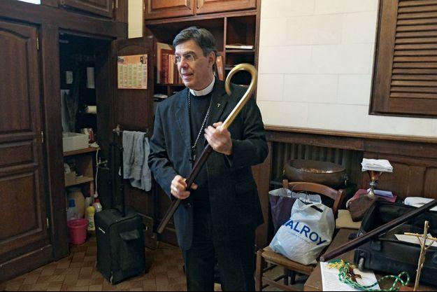 Monseigneur Aupetit démonte sa crosse d'évêque après une messe dans la paroisse Notre-Dame à Boulogne-Billancourt, le 13 décembre 2015.
