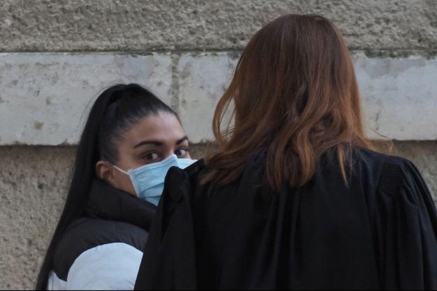 La mère de la petite Hyana avec son avocate devant le tribunal, à Bourges.