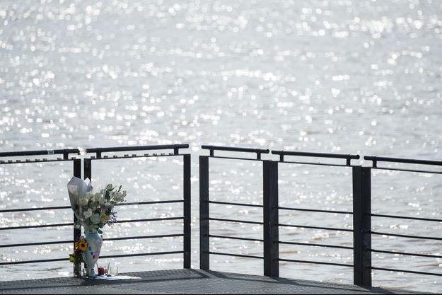 Des fleurs déposées en la mémoire de Steve.