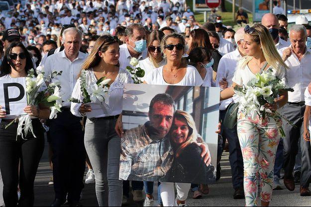 La femme et les trois filles de Philippe Monguillot, lors d'une marche blanche en son honneur, mercredi, à Bayonne.