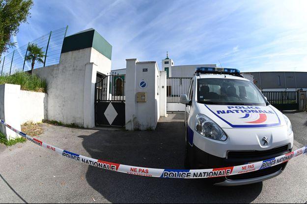 Un véhicule de la police devant la mosquée de Bayonne.