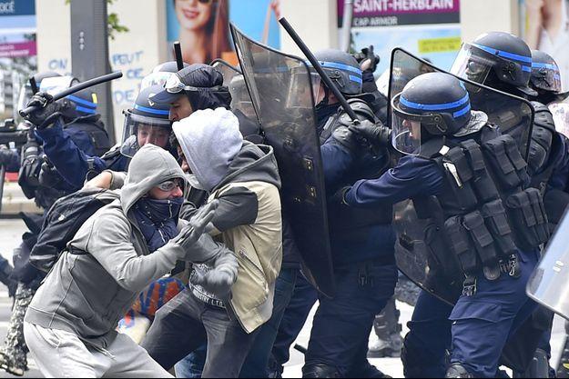 Un face à face entre des policiers et des manifestants à Nantes le 28 avril dernier.