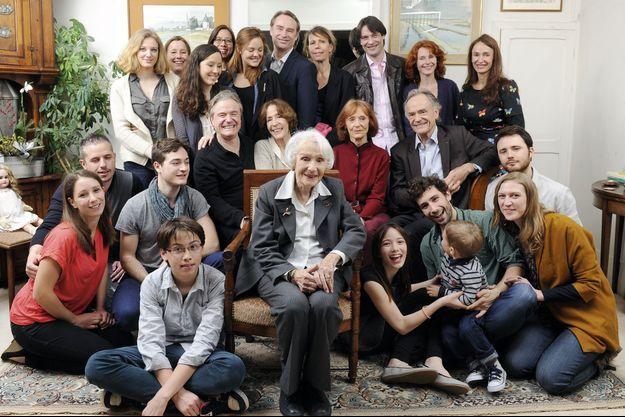 Gisèle avec ses quatre enfants, assis derrière elle: Dominique, le compositeur, Martine, la comédienne, Béatrice, la peintre, Jean-Claude, le chef d'orchestre. Autour, ses petits-enfants, arrière-petits-enfants. Et son arrière-arrière-petit-fils.