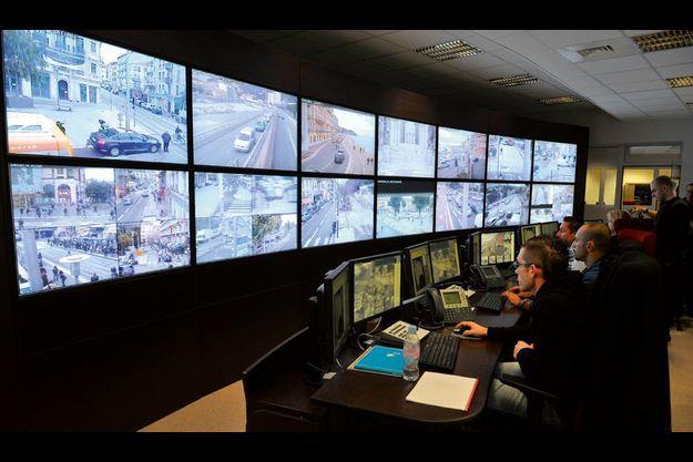 Inauguré le 8 mars, le nouveau centre de surveillance urbaine high-tech permet de visualiser 136 caméras sur 26 écrans. Cinquante policiers municipaux sont chargés de les étudier.
