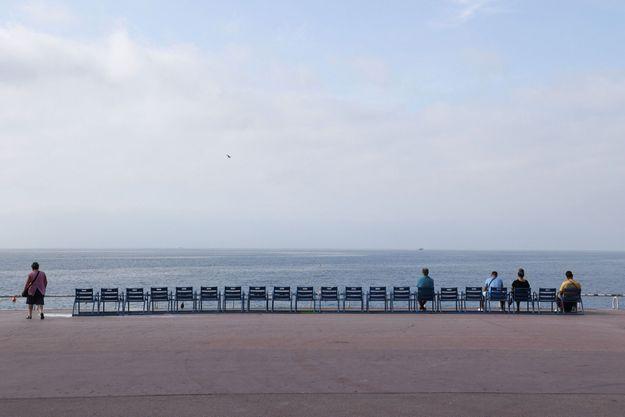 Les chaises bleues de la promenade des Anglais, à Nice.