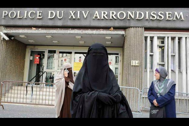 Kenza Drider et Nayet sortant du commissariat du XIVe arrondissement de Paris.